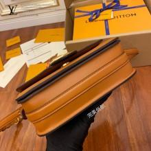 M55952 LV正品級女士郵差包 皮料是正品代工廠意大利A級皮料 所謂的特級正品.是在於品質五金面料手工油邊線A級出品細節品質管控,專業QC把控質量 整套包裝正品統壹 配圖上的全套包裝尺寸23x15x8CM